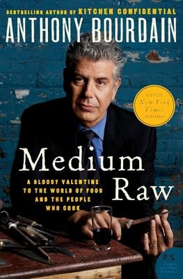 Medium Raw: A Bloody Valentine to the World of Food and the People Who Cook 9780061718953