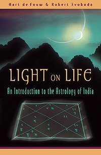 Light on Life: An Introduction to the Astrology of India 9780940985698