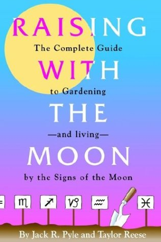 Raising with the Moon -- The Complete Guide to Gardening and Living by the Signs of the Moon 9781887905367