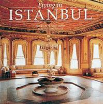 Living in Istanbul 9782080135636